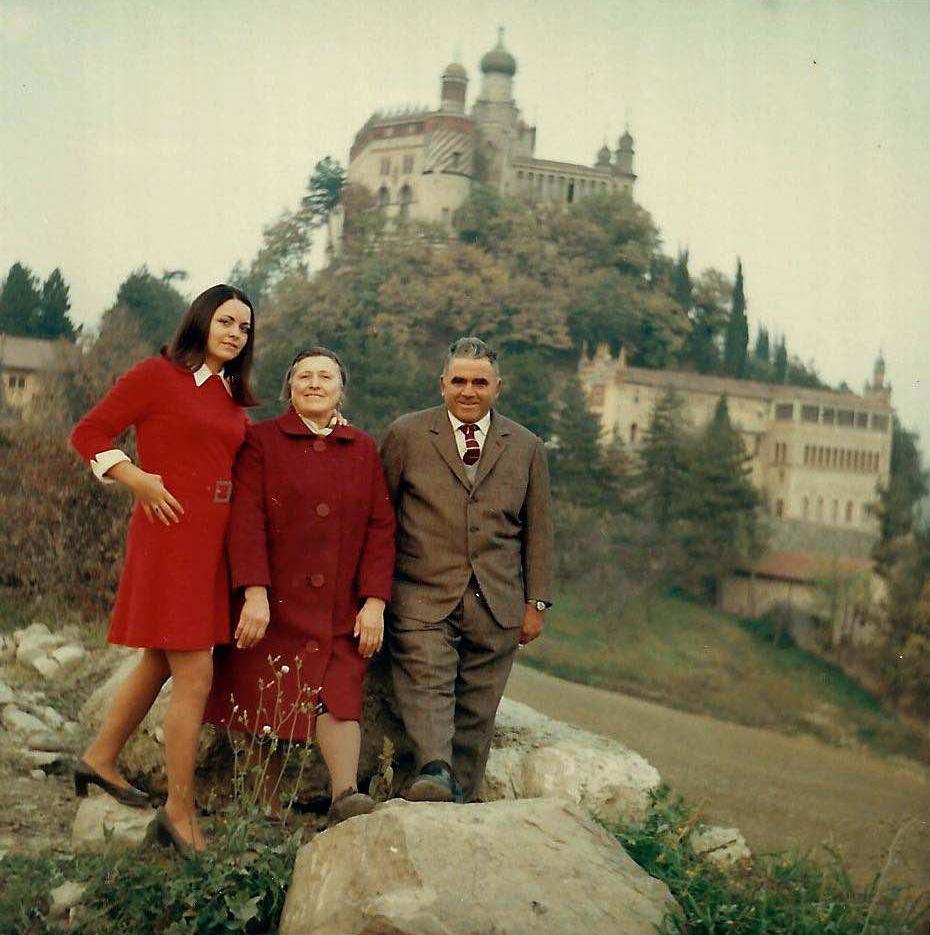 Famiglia Stefanelli con alle spalle la Rocchetta